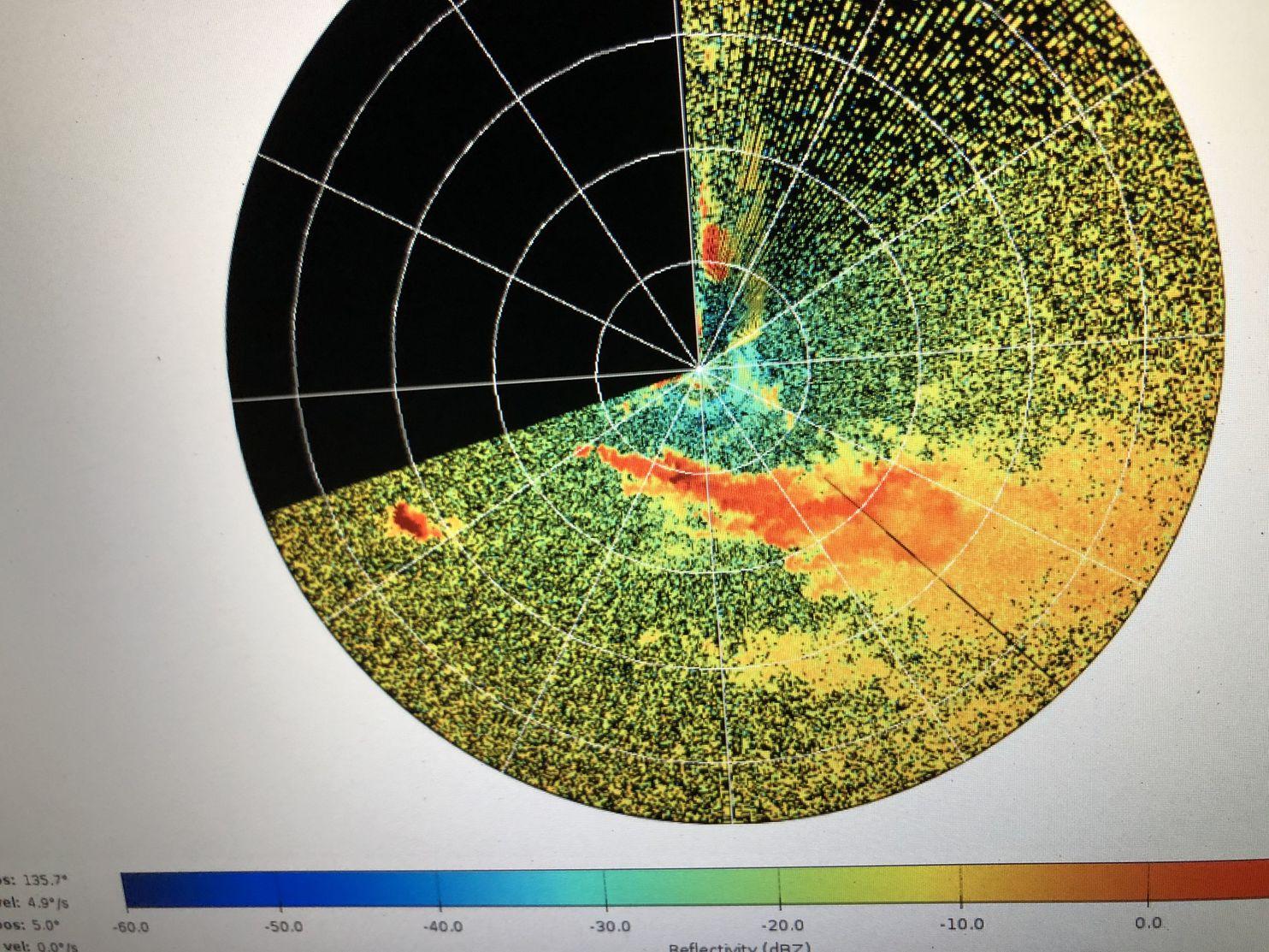Una imagen de radar de Ka Band que muestra una columna de humo (área naranja y roja). (Laboratorio de Investigación del Clima de Fuego SJSU)