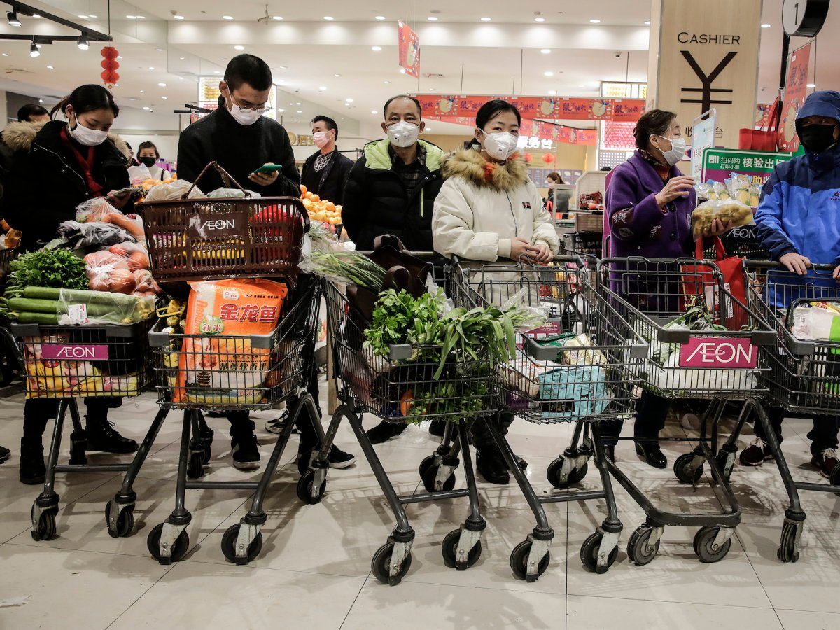 Residents wearing masks buying groceries, 23 January 2020, Wuhan. (Getty Images)