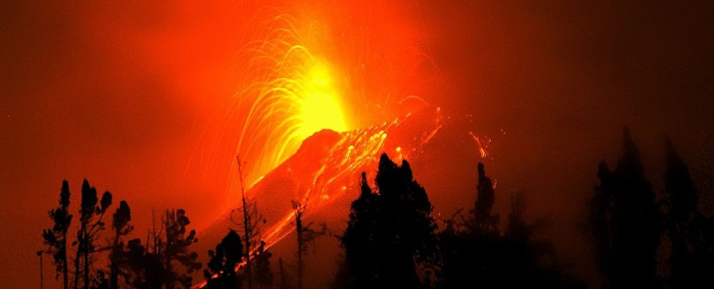 'Throat of Fire' Volcano in Ecuador Shows Early Signs of Collapse, Scientists Warn - ScienceAlert