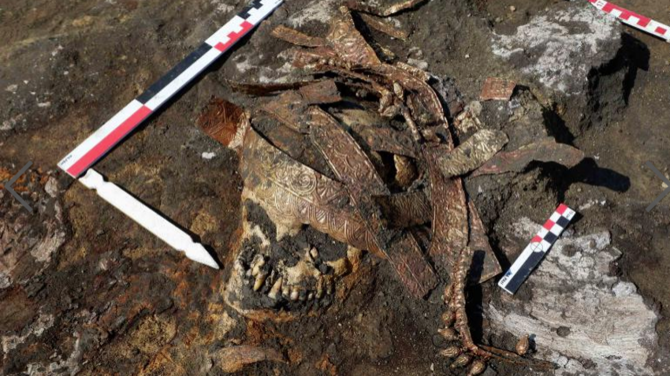 The Scythian remains with the headdress. (www.archaeolog.ru)