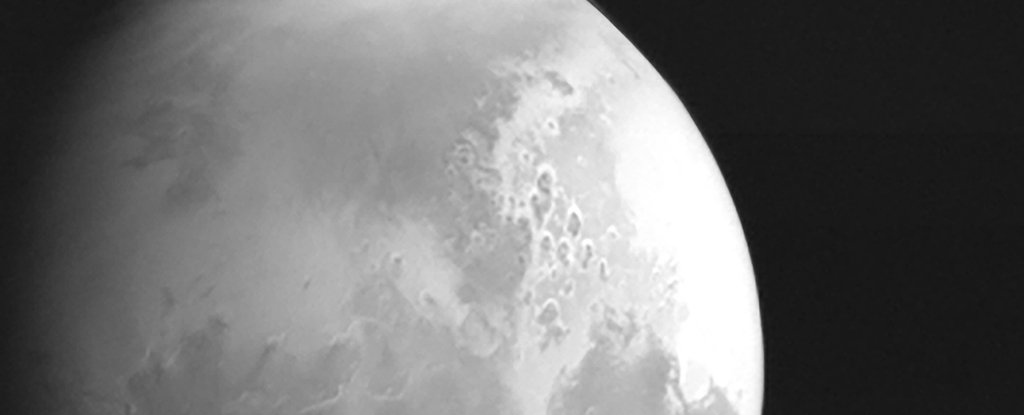 We Just Got The First Photo of Mars From China's Tianwen 1 Probe, And It's Breathtaking - ScienceAlert
