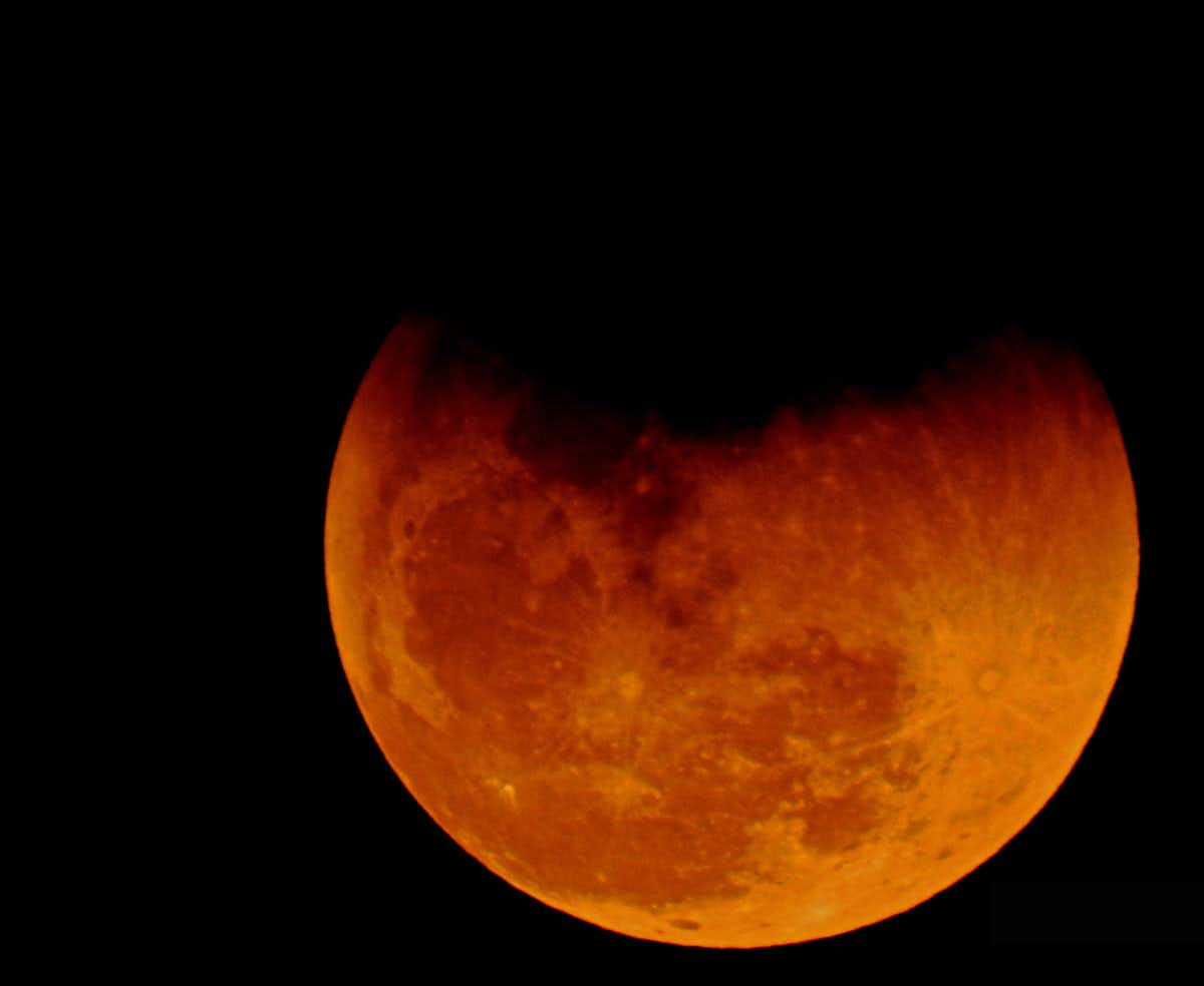 Earth's atmosphere gives the Moon a blood-red glow during total lunar eclipses. (Irvin Calicut/WikimediaCommons/CC BY-SA)