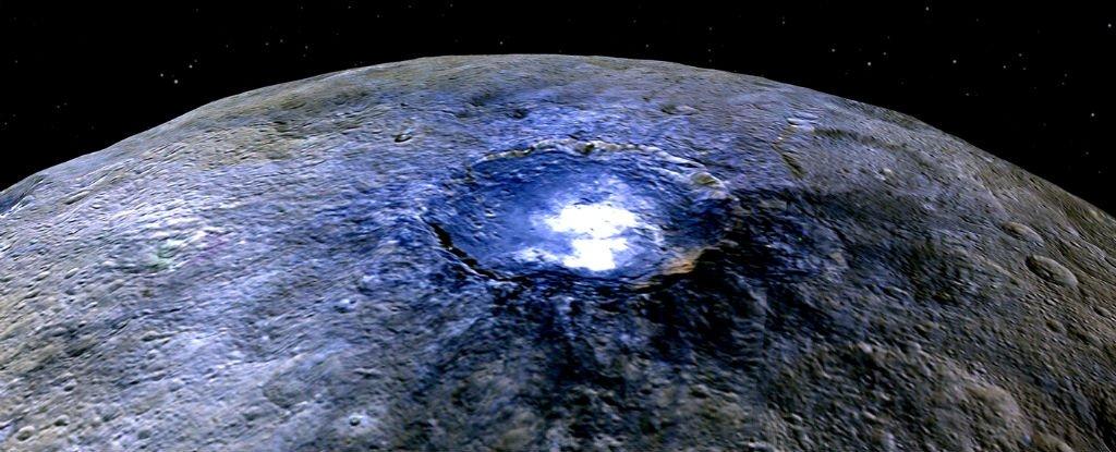 Các nhà khoa học của NASA vừa tìm ra nguyên nhân tạo nên những đốm sáng bí ẩn xuất hiện trên bề mặt hành tinh lùn Ceres.