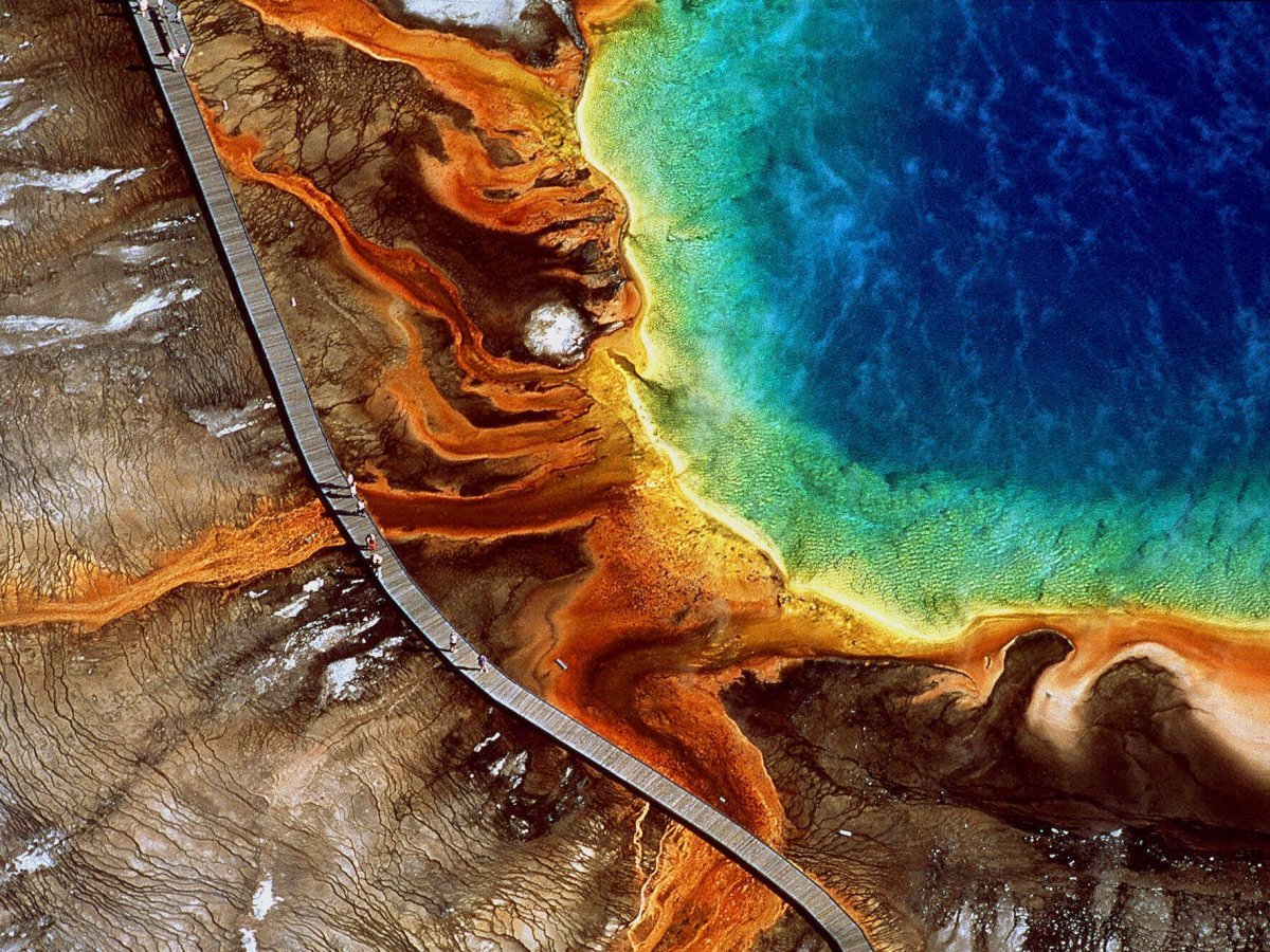 marvel-at-grand-prismatic-spring-located-in-wyomings-yellowstone-national-park-as-the-largest-natural-hot-spring-in-the-us-its-a-favorite-for-its-dazzling-colors-that-shift-from-orange-and-reds-in-the-summer-to-green-hues-in-the-winter
