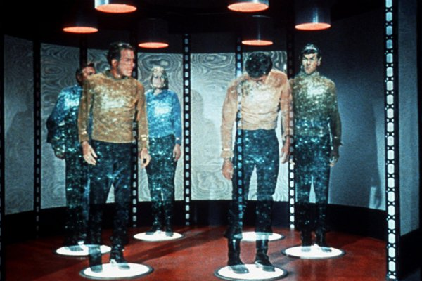 Kirk-Spock-and-crew-get-t-014_web